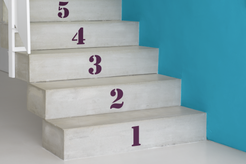 betong trappa turkos vägg siffror