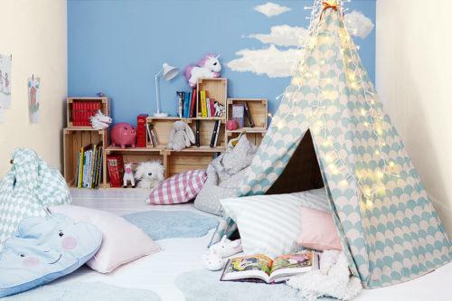 Et lyst og fint barnerom med gule og lyseblå vegger