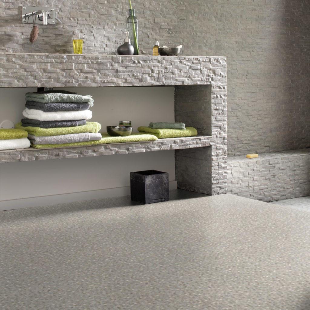 steinbelagt benk med vask på bad