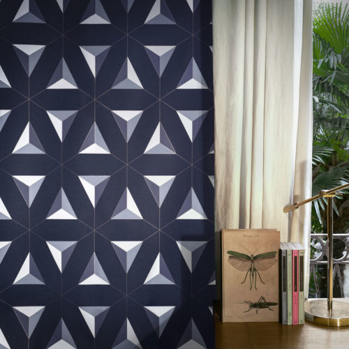 Vegg med blå geometrisk mønster ved siden av skrivebord